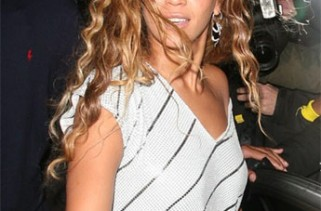 beyonce-demands-fan-to-keep-her-hair-blowing-in-london
