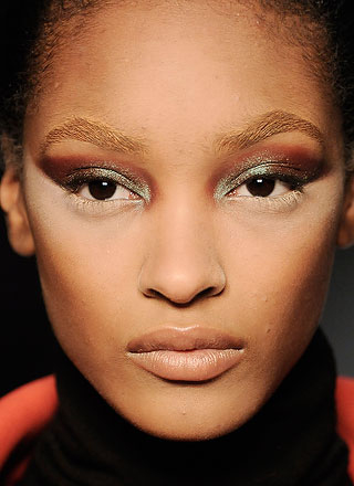 how-to-use-natural-herbs-to-lighten-eyebrows